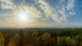 秋天风景,日落光的森林在残暴的人蓝色小山pa 库存照片