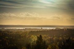秋天风景,日落光的森林在残暴的人蓝色小山pa 免版税库存图片