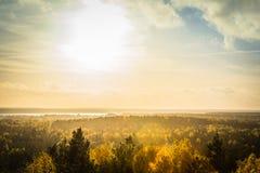 秋天风景,日落光的森林在残暴的人蓝色小山pa 图库摄影