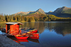 秋天风景,湖,小船 免版税库存照片