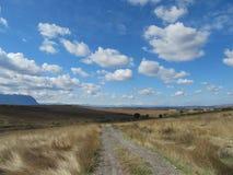 秋天风景-在领域的天空 免版税库存图片