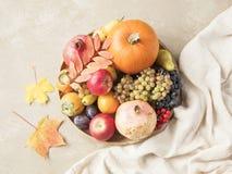 秋天食物概念 水果、蔬菜和坚果在木回合 库存照片