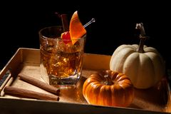 秋天饮料-古板的威士忌酒鸡尾酒 库存图片