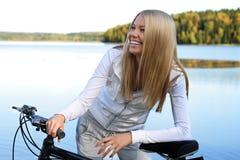 秋天骑自行车 免版税库存图片