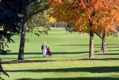 秋天高尔夫球运动员走 库存照片