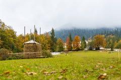秋天高山草甸的干草堆 库存图片