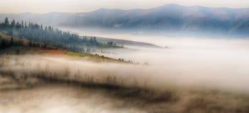 秋天黎明 在喀尔巴阡山脉的美好的黎明 库存照片