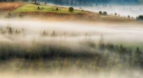 秋天黎明 在喀尔巴阡山脉的美好的黎明 免版税库存照片