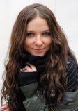 秋天黑暗的秋天头发塑造年轻人 库存照片