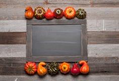 秋天,在老木背景的南瓜与在黑板的拷贝空间 图库摄影