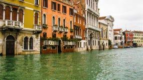 秋天,威尼斯被充斥的街道  库存照片