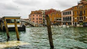 秋天,威尼斯被充斥的街道  免版税库存照片