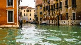 秋天,威尼斯被充斥的街道  免版税图库摄影