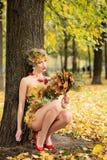 秋天,礼服的妇女有叶子的 10月 室外 库存照片