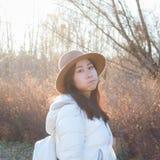 秋天,秋天年轻亚裔可爱的女孩 免版税库存照片
