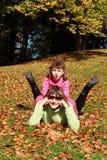 秋天: 母亲和儿童乐趣 免版税库存照片