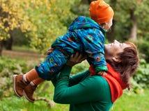 秋天系列愉快重点的乐趣有人公园 库存图片
