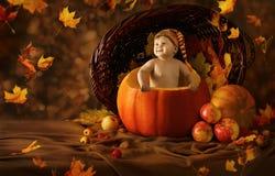 秋天婴孩南瓜 小孩艺术性的画象 免版税图库摄影