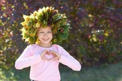 秋天 心脏 花圈 纵向女孩 微笑孩子 库存照片