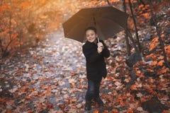 秋天10月季节的小男孩 免版税库存图片