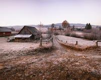 秋天11月早晨在喀尔巴阡山脉的村庄 免版税库存图片