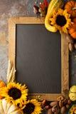 秋天黑板拷贝空间用南瓜和向日葵 库存照片