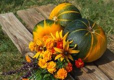 秋天水果、蔬菜和花 免版税库存照片