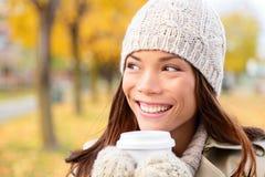 秋天/秋天妇女饮用的咖啡看 免版税库存照片