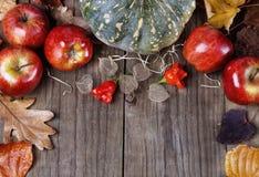秋天(秋天)静物画用南瓜、苹果和叶子 库存图片
