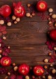 秋天绯红色叶子,榛子,核桃平的位置框架和 库存图片