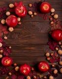 秋天绯红色叶子,榛子,核桃平的位置框架和 库存照片