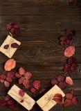 秋天绯红色在黑暗离开和礼物盒平的位置框架  库存照片