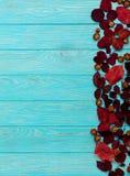 秋天绯红色平的位置框架在木离开和核桃 免版税库存照片