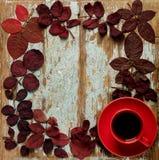 以秋天绯红色的形式心脏的平的位置框架留下o 免版税库存图片