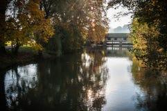 秋天-老桥梁在公园 免版税库存照片