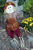 秋天稻草人在庭院里 库存图片
