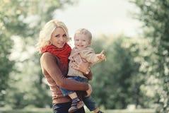 秋天画象愉快的家庭母亲和儿子 免版税库存照片