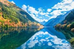 秋天jiuzhaigou的美丽的犀牛湖 免版税图库摄影