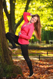 秋季。全长女孩少妇在秋季公园森林里。 库存图片