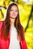 秋季。画象女孩少妇在秋季公园森林里。 免版税库存图片