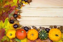 秋季叶子和南瓜在木板说谎 免版税库存照片