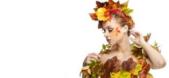 秋季妇女 美好的创造性的构成和发型在秋天概念演播室射击 秀丽有秋天构成的时装模特儿女孩 免版税库存图片