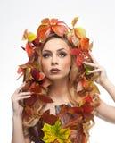 秋季妇女 美好的创造性的构成和发型在秋天概念演播室射击 秀丽有秋天构成的时装模特儿女孩 免版税库存照片