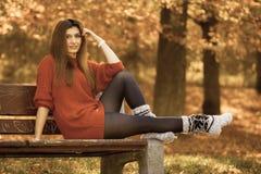 秋季时间的秀丽女孩放松户外 库存图片