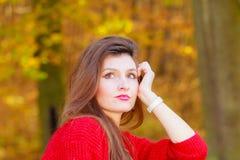 秋季时间的秀丽女孩放松户外 库存照片