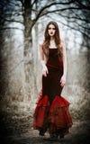 秋季森林难看的东西纹理作用的美丽的哀伤的女孩 库存照片