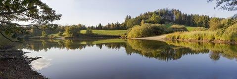 秋季池塘,与水反射的平静的风景 库存照片