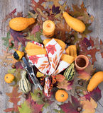 秋季的晚餐设置与灼烧的蜡烛加上真正的gou 库存照片