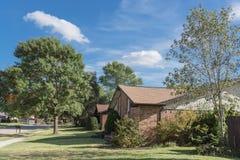 秋季的美丽的北美洲邻里与行  免版税库存图片