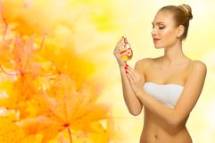 秋季背景的健康妇女 图库摄影